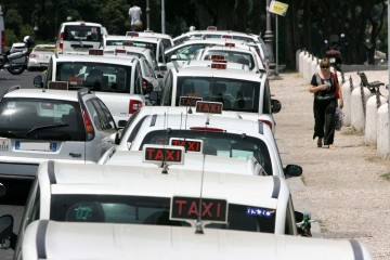 Taxi in coda in una città italiana