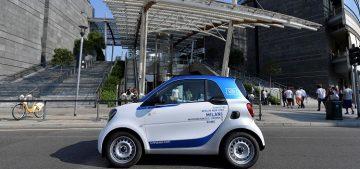 Una smart car2go nel centro di Milano