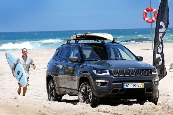 Jeep Compass sulla spiaggia con i surf