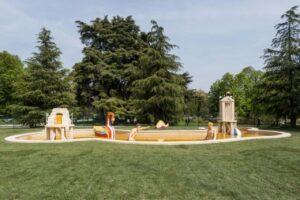 L'opera Bagni Misteriosi nel giardino di Triennale Milano